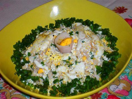 Przepis: Sałatka jajeczna z białym serem i szynką