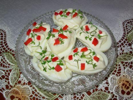 Przepis: Jajka z majonezem, rzeżuchą i papryką