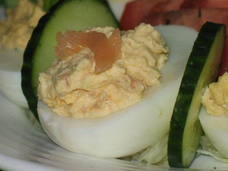 Przepis: Jajka faszerowane wędzonym łososiem