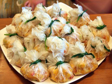 Przepis: mieszki z makaronem ryżowym