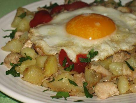 Przepis: Smażone ziemniaki z mięsem, cebulą i jajkiem sadzonym