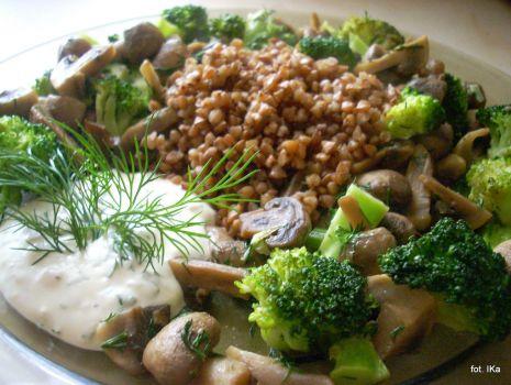 Przepis: Kasza gryczana z brokułem i pieczarkami