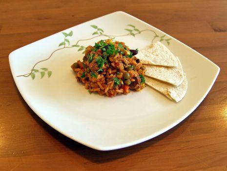 Przepis: potrawka pomidorowa z ryżem podawana z tortillą