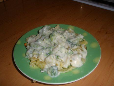 Przepis: Makaron z brokułami i sosem serowym