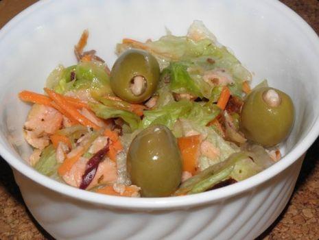 Przepis: Mix sałat z wędzonym łososiem.