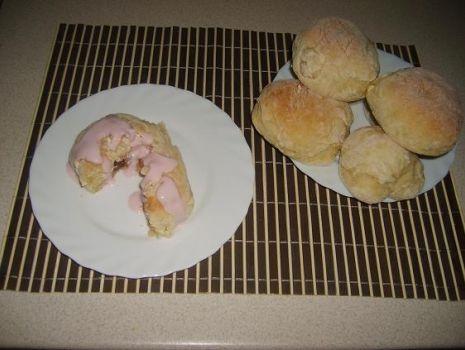 Przepis: Bułeczki drożdżowe z serem i truskawkami