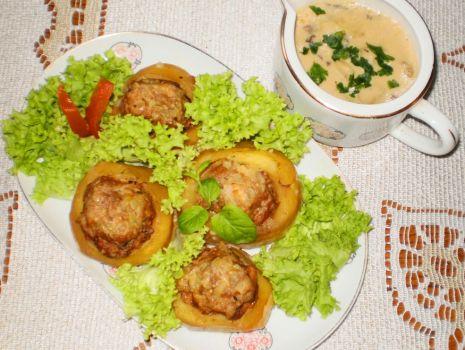 Przepis: Ziemniaki faszerowane mięsem w sosie grzybowym :