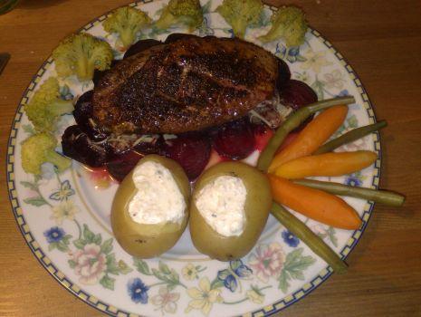 Przepis: Pierś z kaczki z warzywami na carpaccio z buraczków.