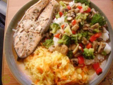 Przepis: Tymiankowy łosoś z ryżem i warzywami.