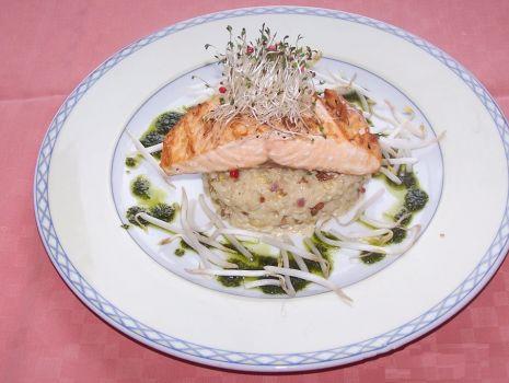Przepis: Oryginalna sałatka z wędzonym łososiem i kiełkami Pokarm Życia