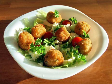 Przepis: sałatka z kulkami ziemniaczano-rybnymi
