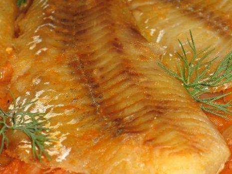 Przepis: Pieczona ryba w sosie cebulowym