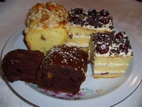 Przepis: Ciasto tortowe z bitą śmietaną i alkoholem