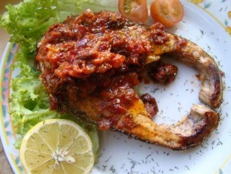 Przepis: Grillowany łosoś w sosie z suszonych pomidorów