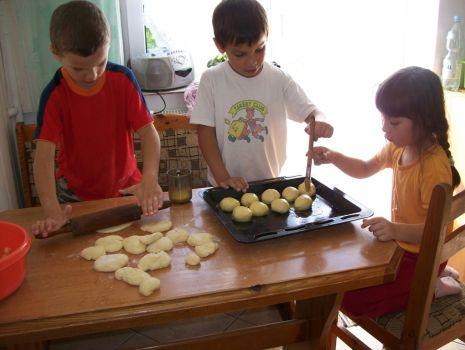 Przepis: Bułeczki drożdżowe z nadzieniem jabłkowo - budyniowym