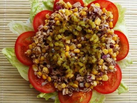 Przepis: Salatka z tuńczykiem i pomidorami