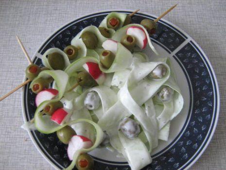 Przepis: Ogórek z oliwkami i koreczki.