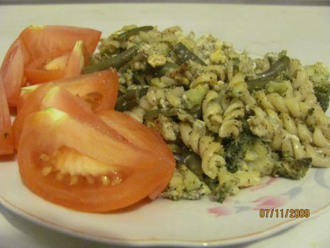 Przepis: Jajecznica z makaronem, fasolką szparagową i brokułami