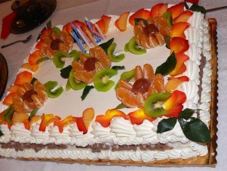 Przepis: Tort z płatkami róży na urodziny