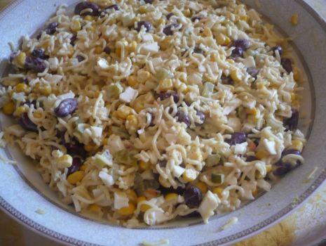 Przepis: Sałatka z makaronem (z zupek chińskich)