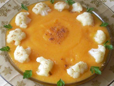 Przepis: Zupa marchwiowo-dyniowa z kalafiorem