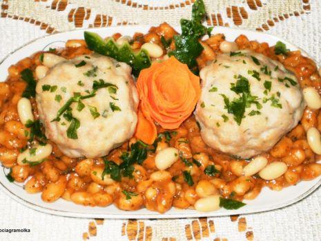Przepis: Pulpeciki z fasolą w sosie pomidorowym