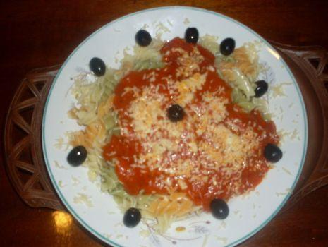 Przepis: Makaron z sosem pomidorowym i oliwkami