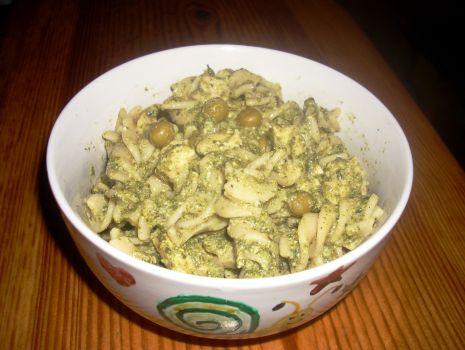 Przepis: Makaron w sosie śmietanowym ze szpinakiem, groszkiem i kurczakiem