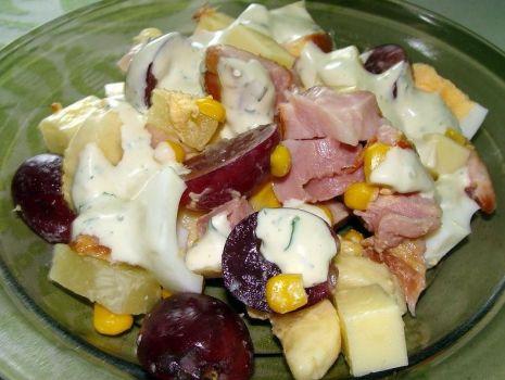 Przepis: Kolorowa sałatka z wędzonym kurczakiem