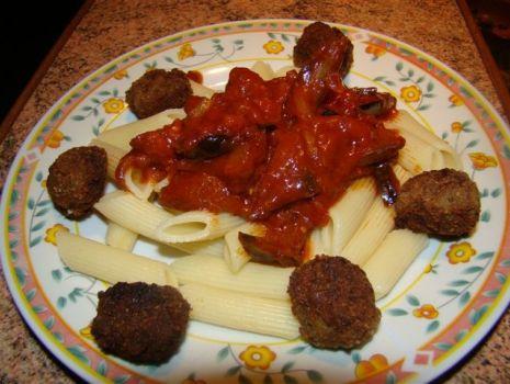 Przepis: Penne z bakłażanem i pulpecikami w sosie pomidorowym