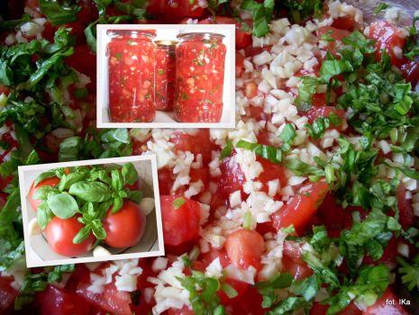 Przepis: Pomidory krojone z czosnkiem i bazylią