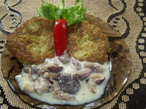 Przepis: Placuszki z brokuła z sosem grzybowym