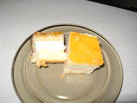 Przepis: Kolorowe ciasto biszkoptowe z bitą śmietaną