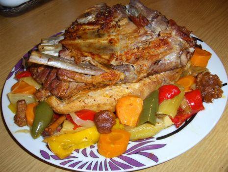 Przepis: Żeberko obiadowe pieczone z warzywami  i kurkami