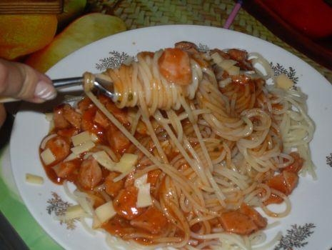 Przepis: Makaron - spaghetti z parówkami w sosie pomidorowym