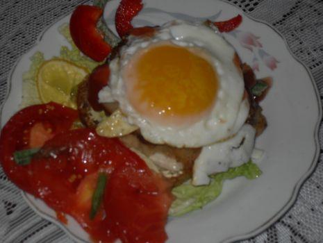 Przepis: Kotlety mielone z jajem sadzonym na grzance