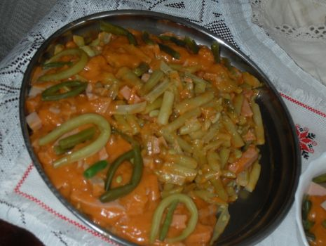 Przepis: Szparagowa fasolka  w sosie pomidorowym z mortadelą