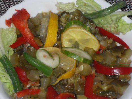 Przepis: Surówka z ogórków kwaszonych z papryką i cebulą.