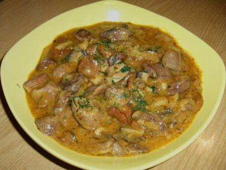 Przepis: Gulasz z serduszek indyczych z kurkami i pieczarkami