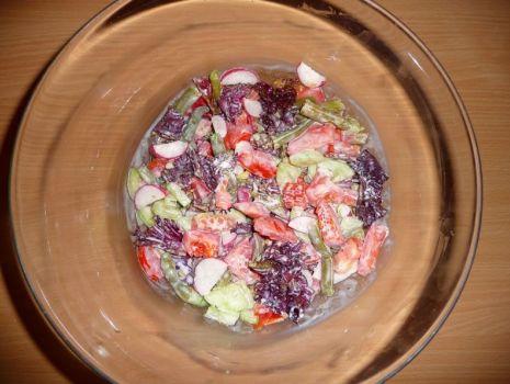 Przepis: Sałatka z warzywami i sosem czosnkowym