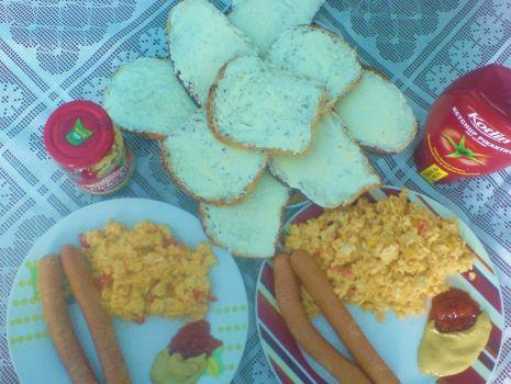 Przepis: Jajecznica z cebulką i pomidorami z dodatkiem parówki