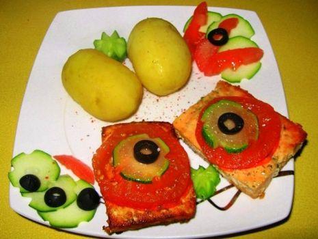 Przepis: Łosoś z pomidorem i cukinią