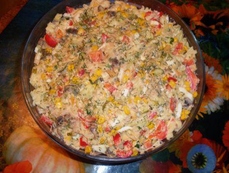 Przepis: Kolorowa sałatka z makreli.
