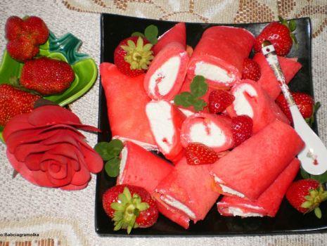 Przepis: Naleśniki truskawkowe z białym serem i truskawkami :