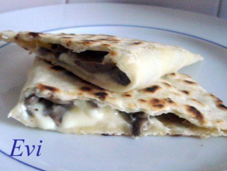 Przepis: Cassoni włoskie z mozzarella i pieczarkami.