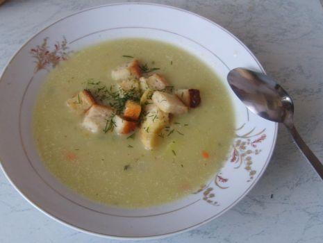 Przepis: Zupa z zielonej cukinii z grzankami czosnkowymi