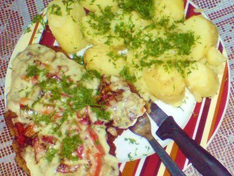 Przepis: Schab z pieczarkami i papryką zapiekany serem żółtym