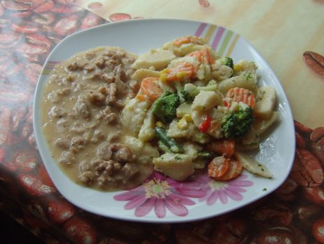 Przepis: Polędwica w sosie śmietanowym z kopytkami  i warzywami