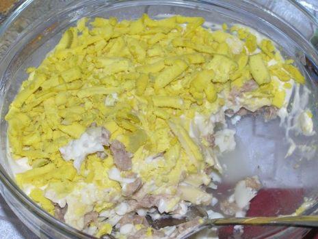 Przepis: Sałatka warstwowa z tuńczykiem