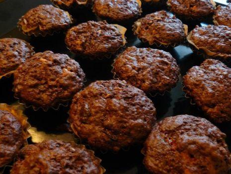 Przepis: Muffiny czekoladowe z wiśniami i płatkami migdałowymi